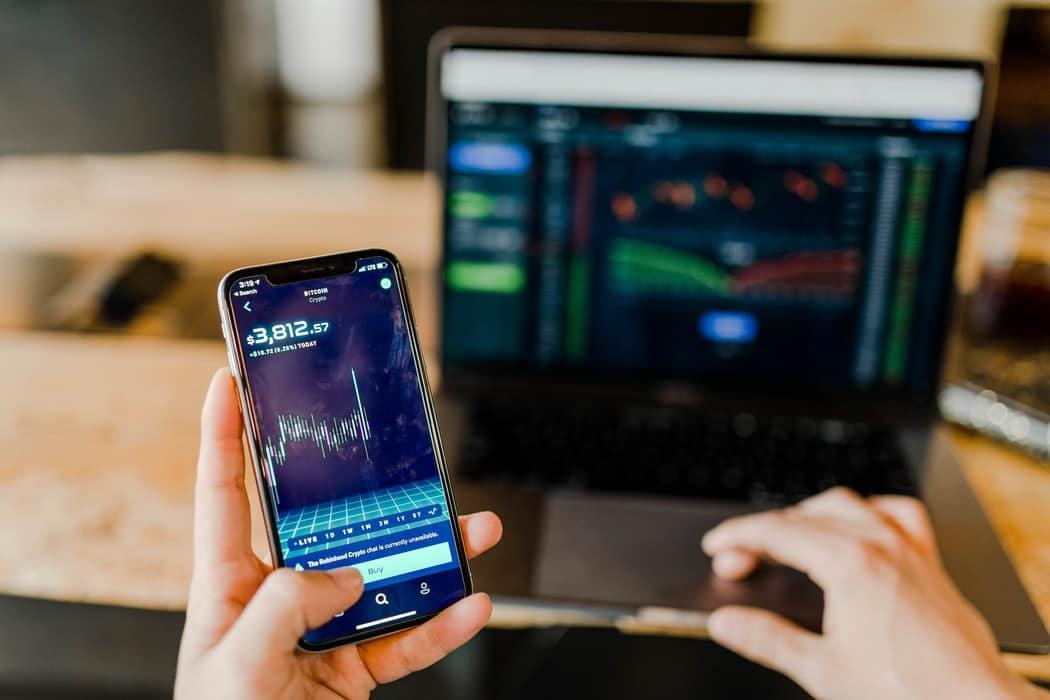 aandelen checken op smartphone om slim te beleggen - Alysee