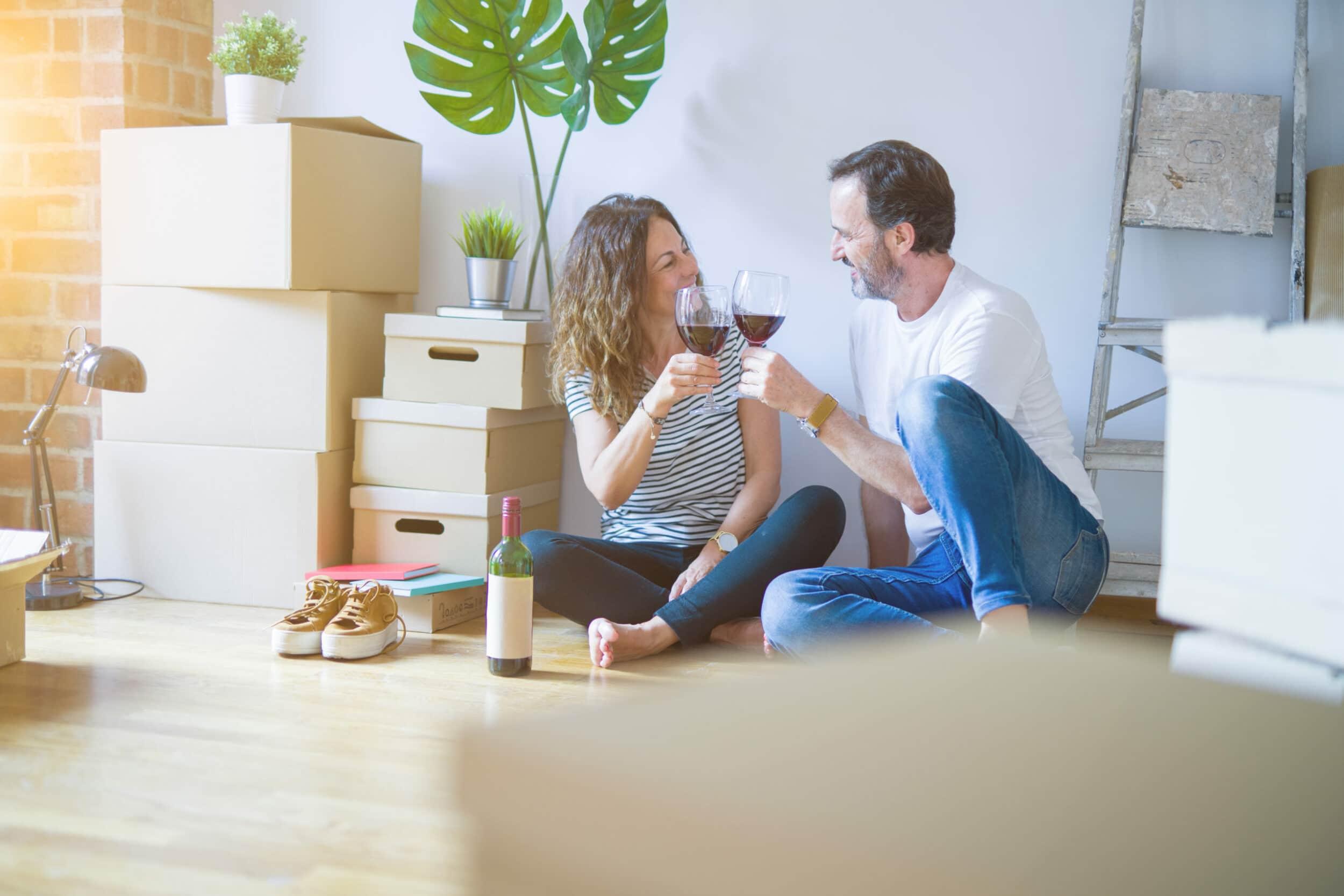 Man en vrouw kochten appartement op plan en vieren - Chateau Residenties