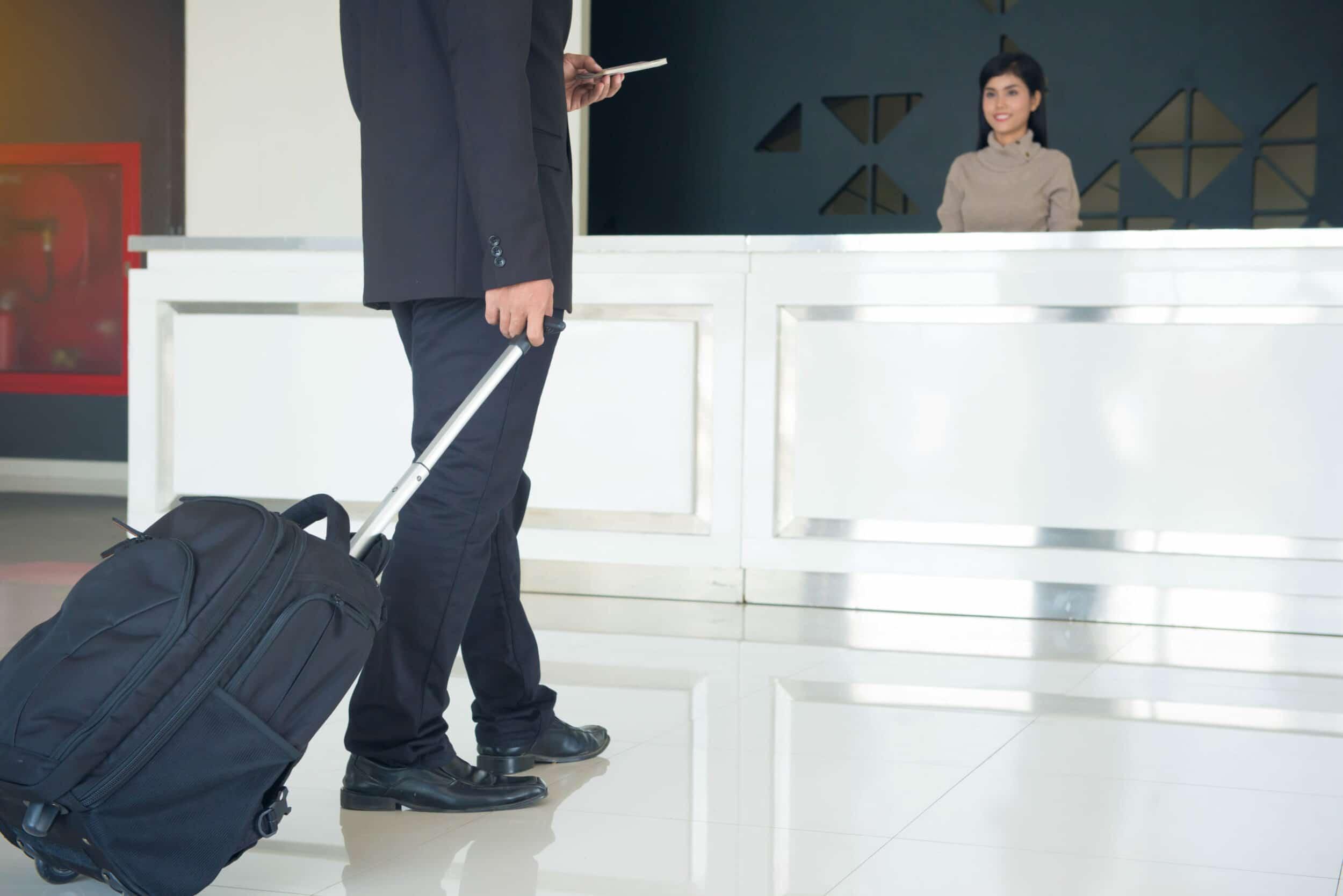 Zakenman checkt in bij hotel dicht bij de luchthaven - Chateau Residenties