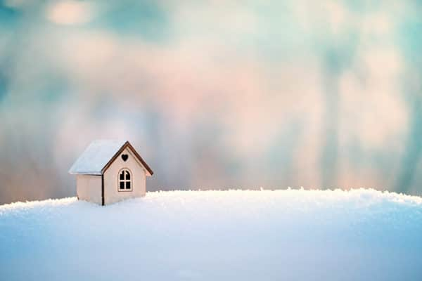 Houten huisje in sneeuw als symbool voor seizoensverhuur - Chateau Residenties
