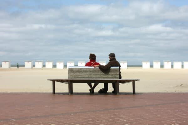Dagtoeristen aan de kust buiten het seizoen - Chateau Residenties