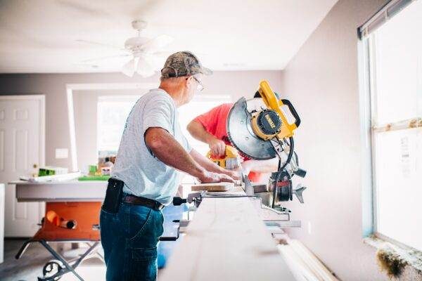 mannen renoveren huis in plaats van nieuwbouw tijdens corona